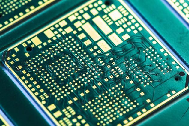 12 slojno vezje za multi-chip modul